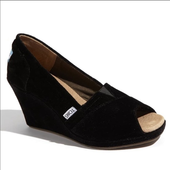 Tom's velvet wedge in black